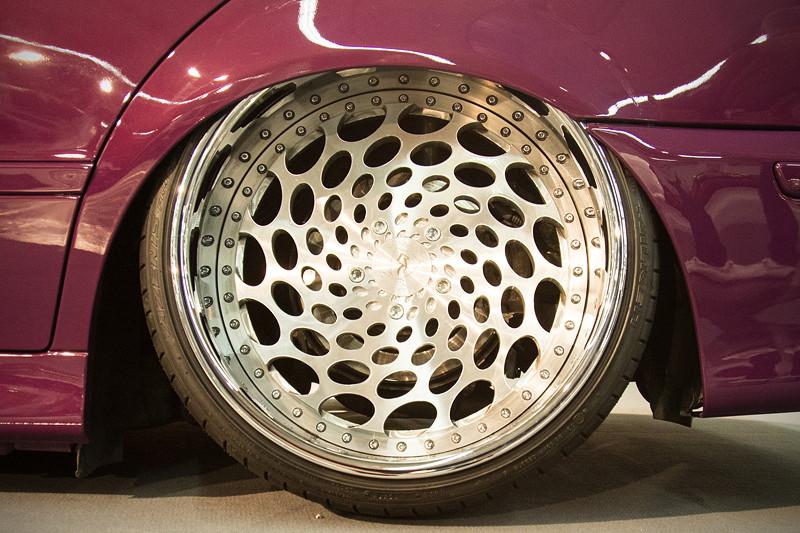 Custom Wheel in 12J x 20 Zoll, ET 12 (HA) und 295/25/20 Bereifung, Felgenstern silber lackiert.
