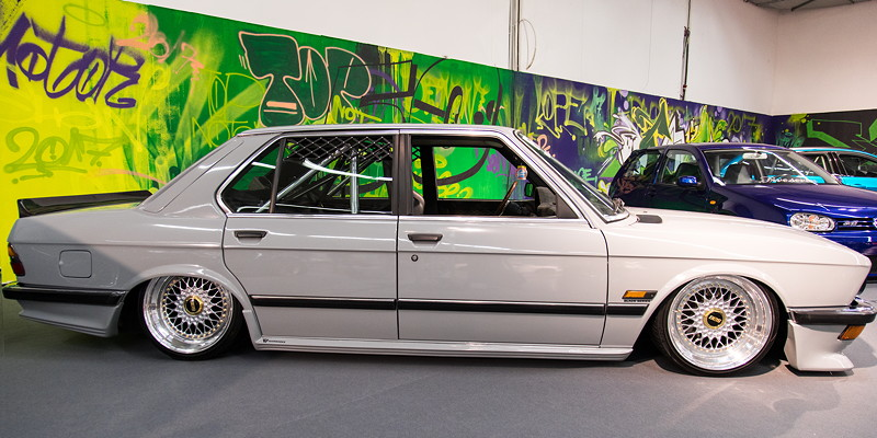 BMW 5er (E28), Baujahr 1981, foliert in nardograu, ausgestellt in der tuningXperience, Essen Motor Show 2017.
