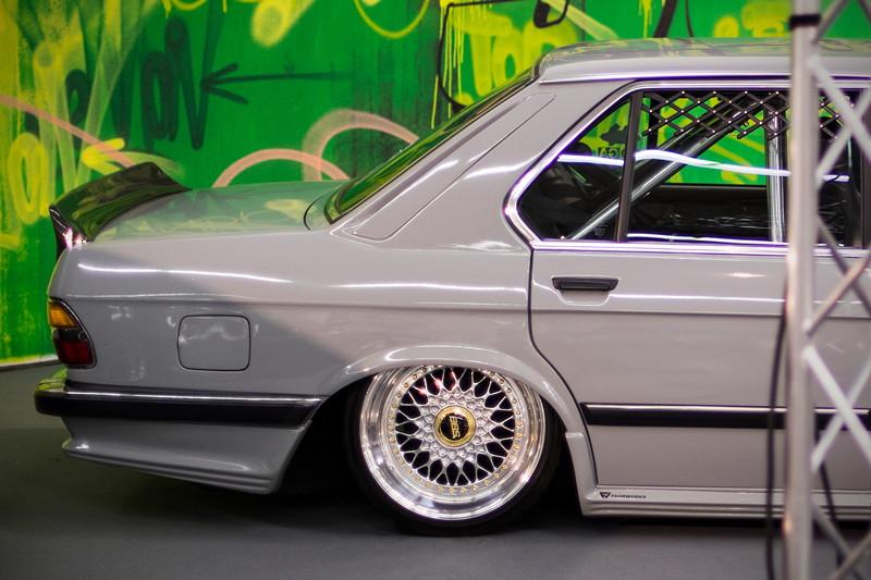 BMW 5er (E28), mit Zender Heckschürze und Custom 'Ducktail' Echt-Carbon Heckspoiler.