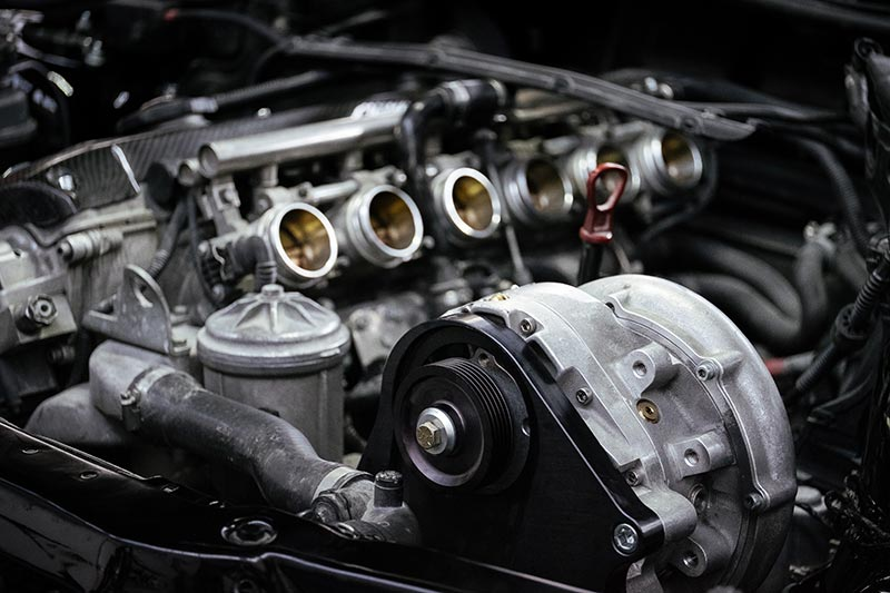 BMW M3 (E46), Motorraum mit Kompressor.