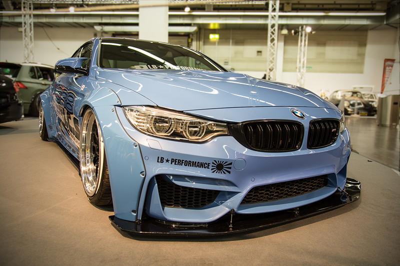 BMW M4 (F82) in BMW-Lackierung 'Yas Marina Blau'.