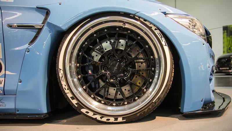 BMW M4 (F82) auf mehrteiligen Rotiform 'LSR' Felgen, vorne mit 10,5J x 19 Zoll und 275iger Reifen.