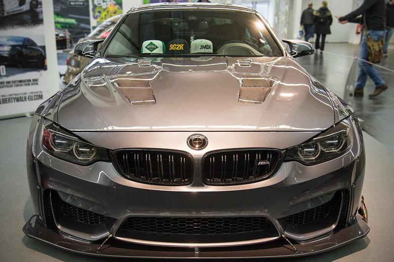 BMW M4 (F82) mit Widebody-Kit inkl. Kotflügel Verbreiterungen vorne und Frontsplitter.