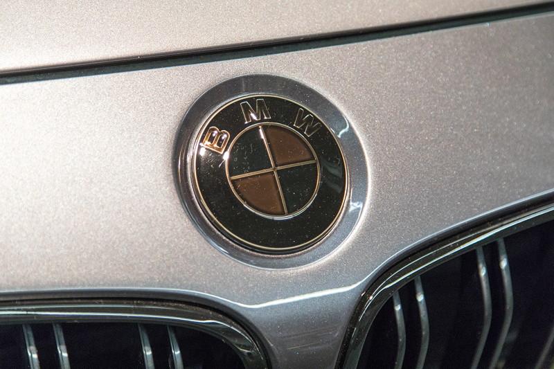 BMW M4 (F82) mit schwarzen BMW Emblemen.