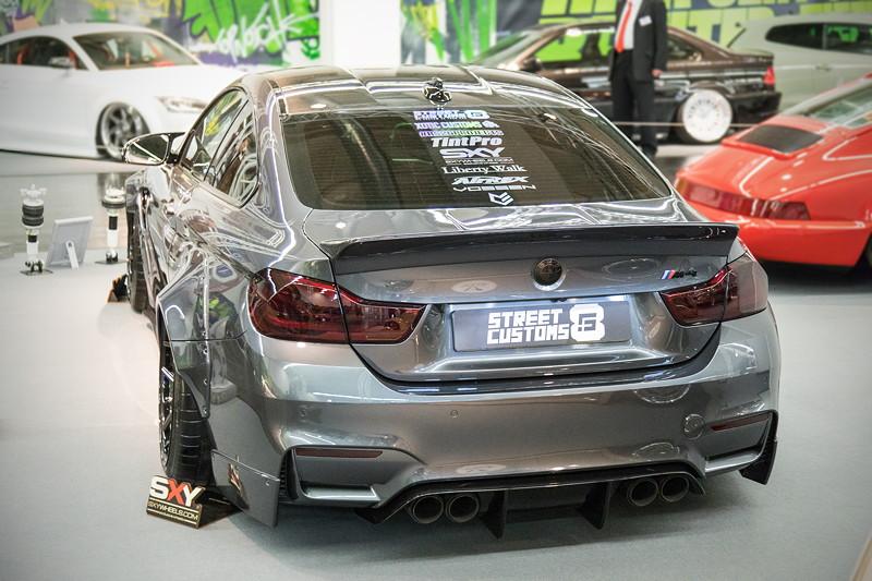 BMW M4 (F82) mit schwarzen Rückleuchten und schwarzen BMW Emblemen.