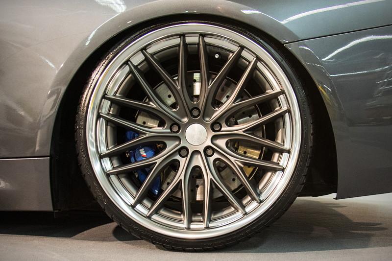 2teilige Vossen 'VWS2' Felgen in 11J x 20 Zoll mit 285/25/20 Reifen auf der Hinterachse.