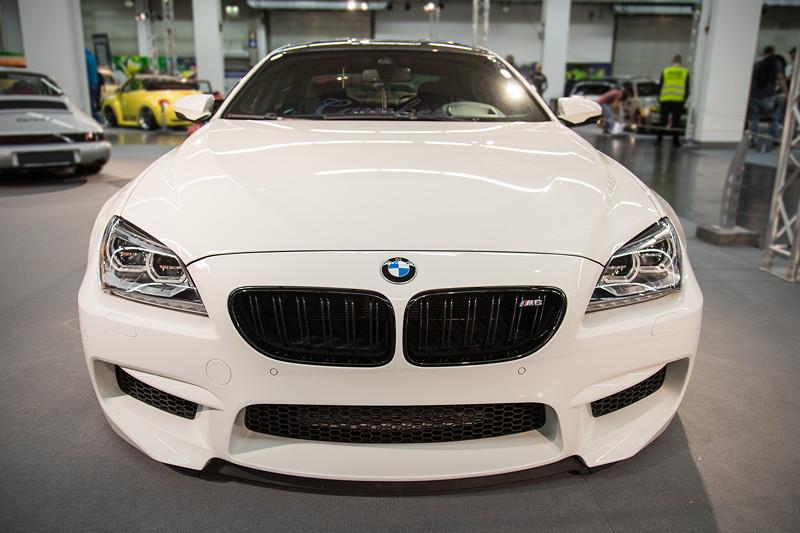 BMW M6 Gran Coupé (F06M) mit serienmäßiger BMW M6 Verspoilerung.