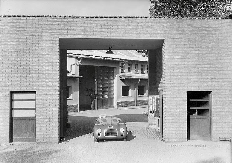 Ferrari 125 S im Jahr 1947 vor dem Werkstor in Maranello