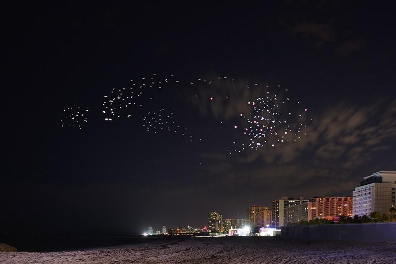 Weltpremiere von 'FRANCHISE FREEDOM - eine Flugskulptur von Studio Drift in Partnerschaft mit BMW' während der Art Basel in Miami Beach.