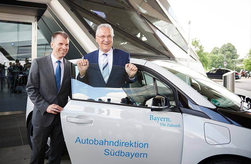 Peter Mey, Leiter der BMW Niederlassung München, Joachim Herrmann, Bayerischer Staatsministers des Innern, für Bau und Verkehr (v.l.n.r.).