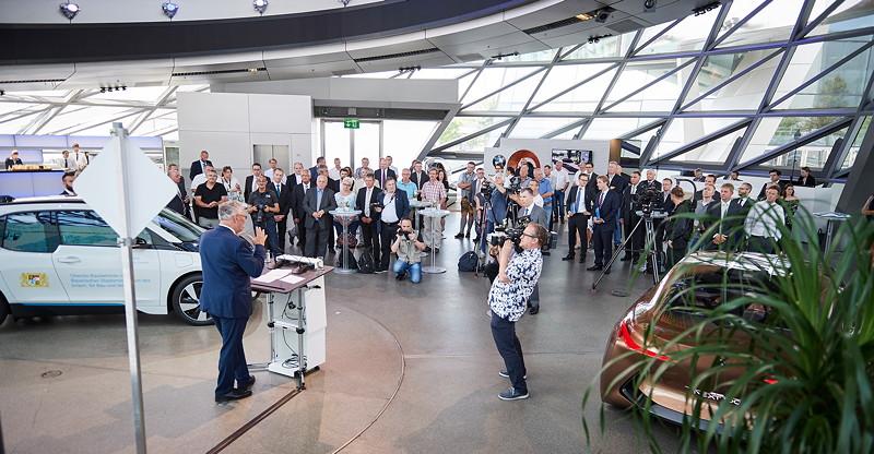BMW Deutschland übergibt 32 BMW i3 an Staatsminister Joachim Herrmann und die Staatsbauverwaltung Bayerns