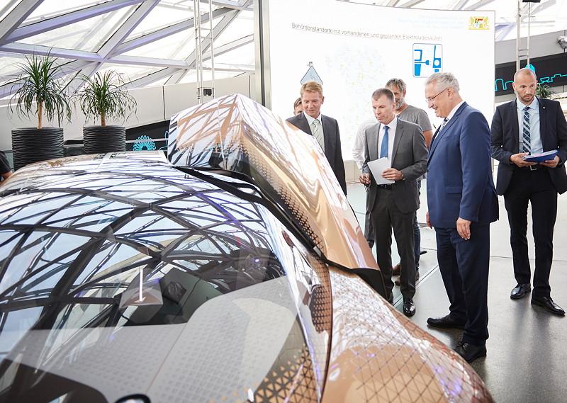 Joachim Herrmann, Bayerischer Staatsministers des Innern, für Bau und Verkehr, am BMW VISION NEXT 100.