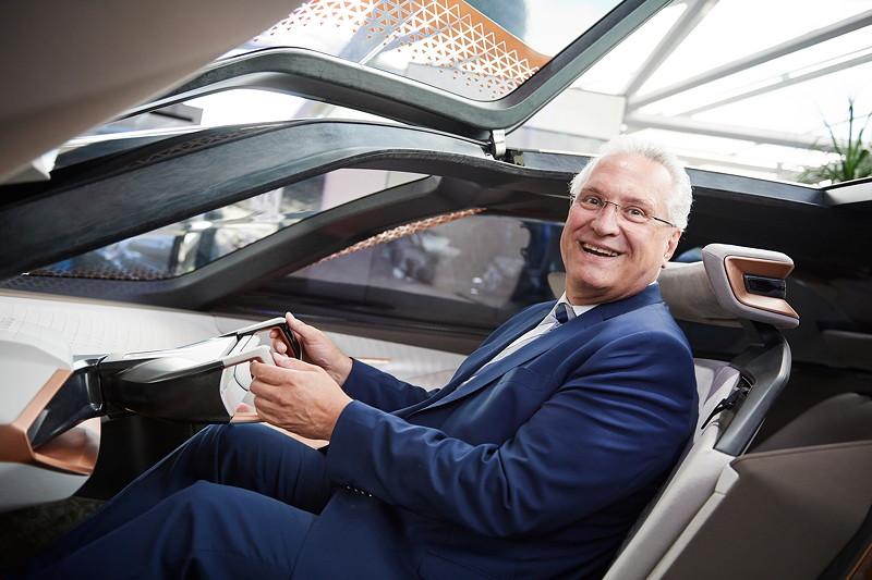 Joachim Herrmann, Bayerischer Staatsministers des Innern, für Bau und Verkehr, im BMW VISION NEXT 100.