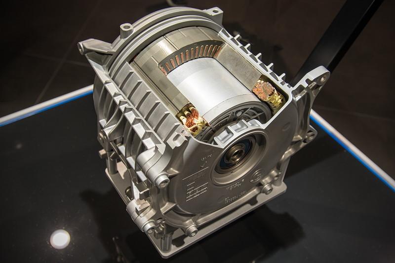 BMW Elektro-Motor aus dem BMW i3, nur ca. 48 kg schwer und mit ca. 27 x 28 cm Größe äußerst kompakt. Bis zu 11.900 Umdrehungen, 184 PS und 270 Nm sind drin.