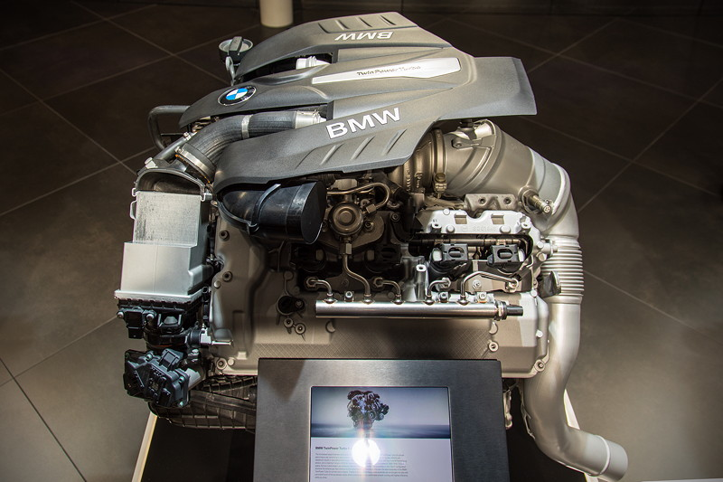 BMW V8 Turbo Motor, 4.395 cm Hubraum, 2 Twin-Scroll Turbo Lader und Doppel-Vanos bringen 450 PS (bzw. 462 PS in der M Performance Variante)