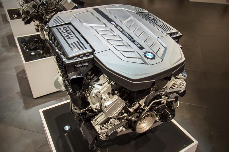 BMW M Performance TwinPower Turbo V12 Benzinmotor, bietet unvergleichlich kultivierte Kraftentfaltung.