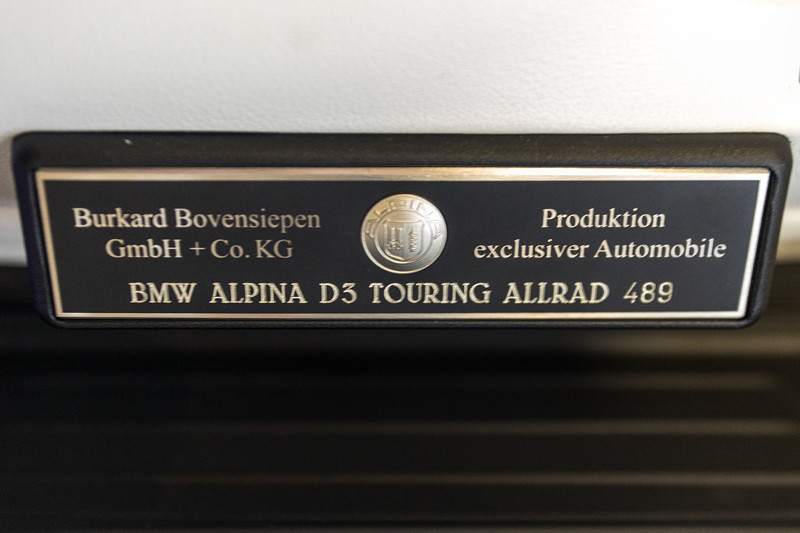 Alpina D3 Bi-Turbo Allrad Touring, Typschild im Dachhimmel