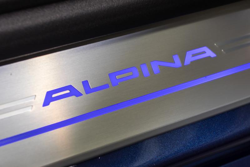 Alpina B7 Bi-Turbo Allrad (G12), Alpina-Schriftzug in der Einstiegsleiste