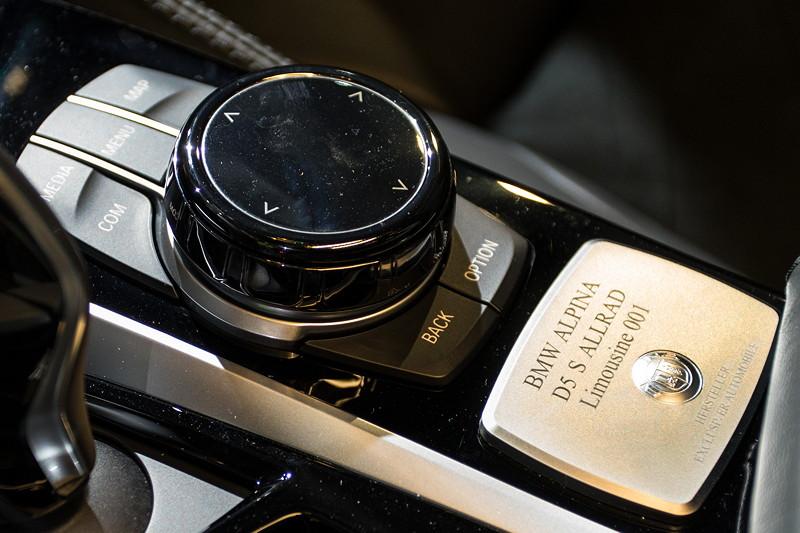 Alpina D5 S, Mittelkonsole mit iDrive Controller und Alpina Typschild inkl. Seriennummer