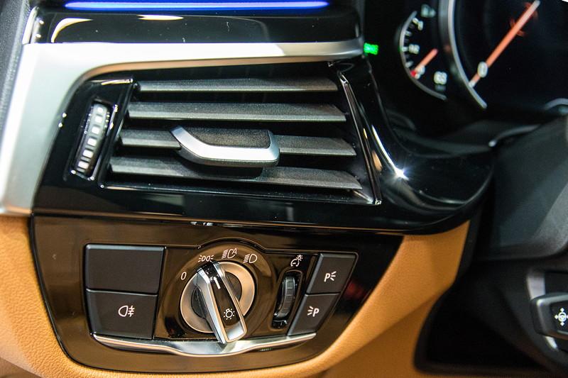 BMW 6er GT, Schalterleiste neben dem Lenkrad