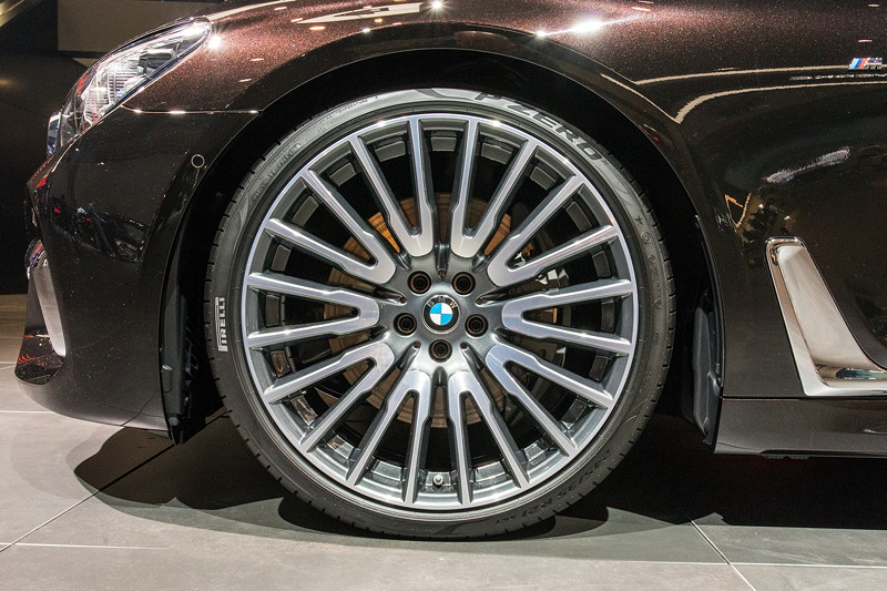 BMW 750Ld Individual mit 21 Zoll Leichtmetallrädern Vielspeiche 629 Orbitgrau