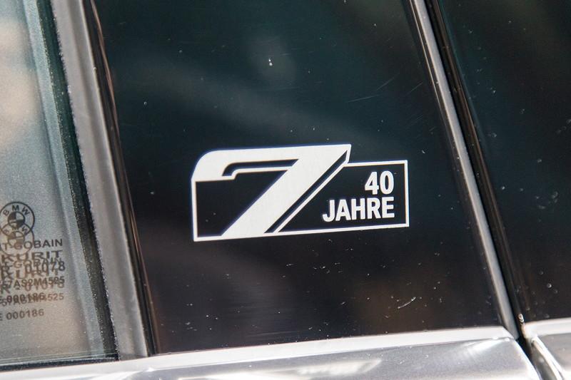 BMW 750 Li Individual '40 years' mit '7er 40 Jahre' Schriftzug auf der B-Säule
