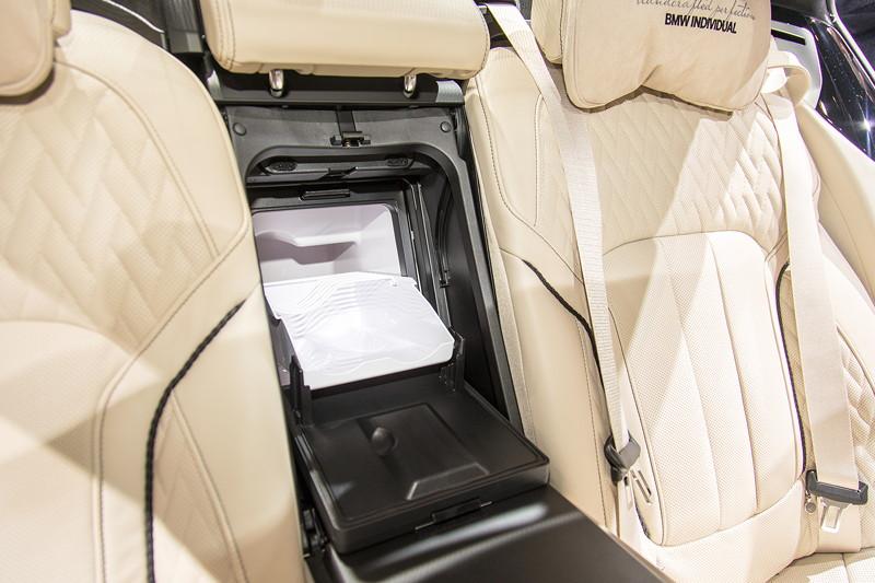 BMW M760Li Individual, mit Individual Kühlbox zwischen den Fondsitzen