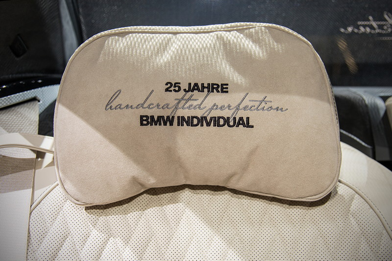 BMW M760Li Individual, Kopfstütze mit individueller Signatur