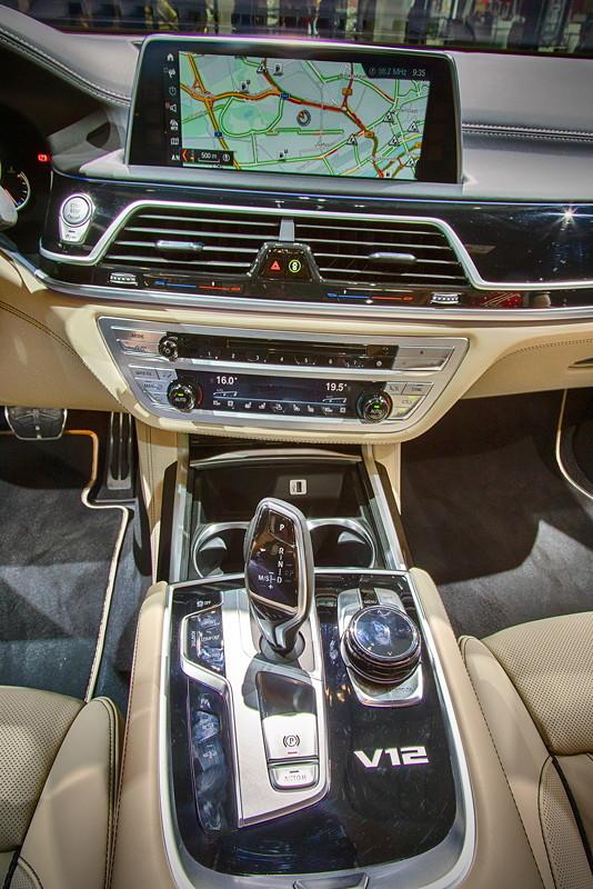 BMW M760Li Individual, Mittelkonsole mit V12-Signet