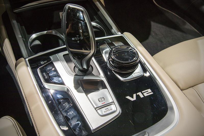BMW M760Li Individual, Mittelkonsole mit V12 Signet