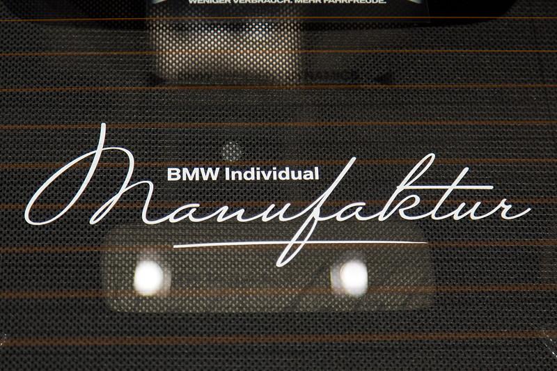 BMW M760Li Individual, Heckscheibenrollo mit individuellem Aufdruck