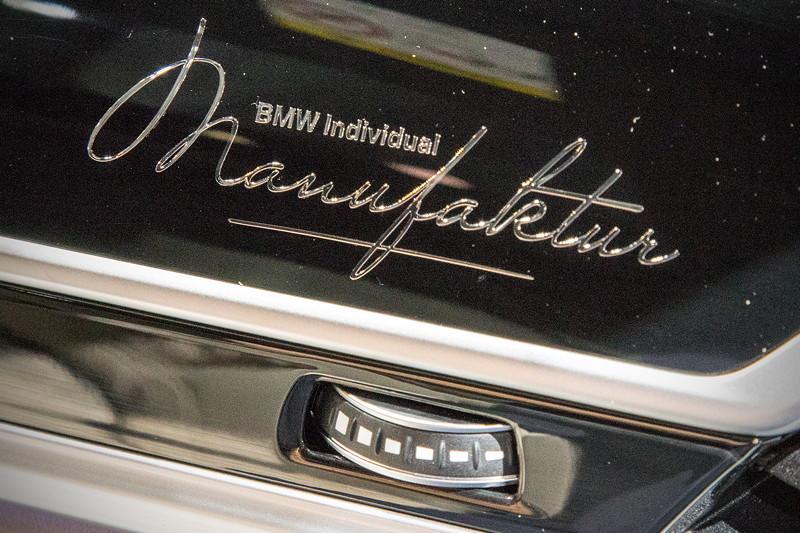 BMW M760Li Individual, Holzzierleiste mit individuellem Schriftzug