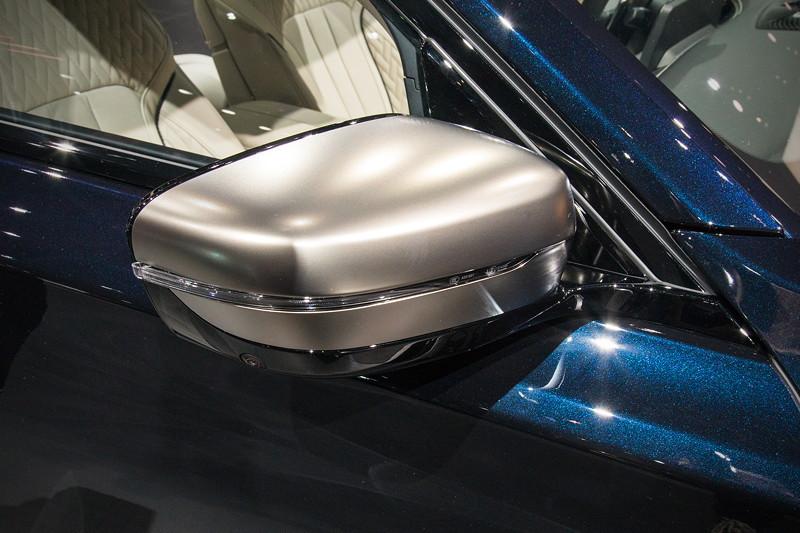 BMW M760Li Individual, in Cerium Grey ausgeführte Spiegelkappen, exklusiv für die V12-Variante