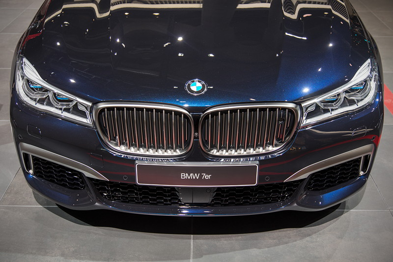 BMW M760Li Individual, Front, serienmäßig mit Laserlicht-Scheinwerfern