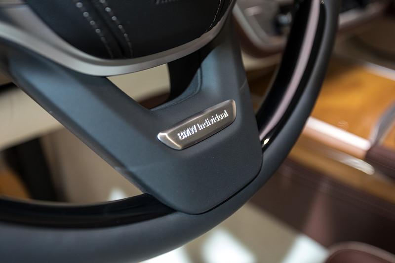 BMW M 760 Li Individual Inspired by Nautor's Swan, Individual Schriftzug im Lenkrad