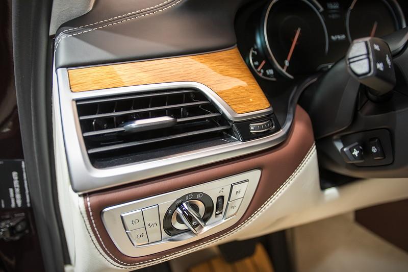 BMW M 760 Li Individual Inspired by Nautor's Swan, Bedienelemente links vom Lenkrad