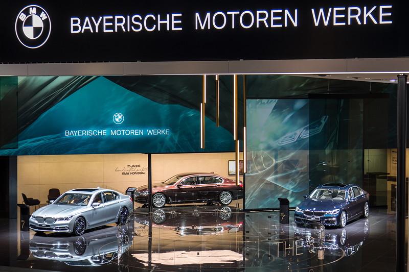 BMW präsentiert auf der IAA erstmals das neue Signet aus zweifarbigem BMW-Logo mit dem Schriftzug 'BAYERISCHE MOTOREN WERKE'