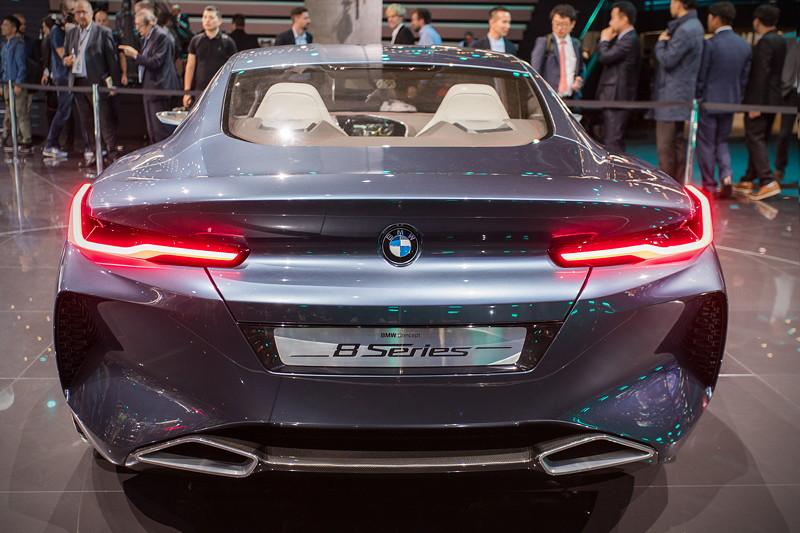 BMW Concept 8series, Heckansicht mit markanten LED Rücklichtern und großen Abgasendrohren