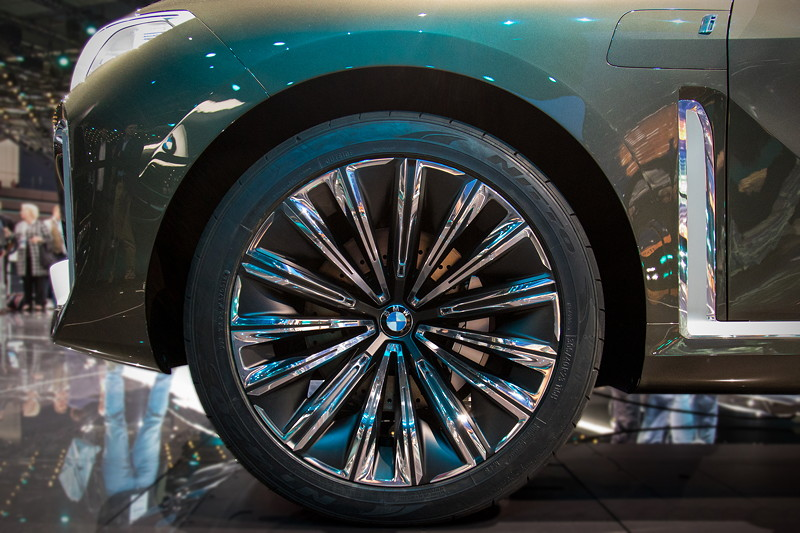 BMW Concept X7 iPerformance, mächtige 23 Zoll Räder, 305/40 R23 Bereifung M+S