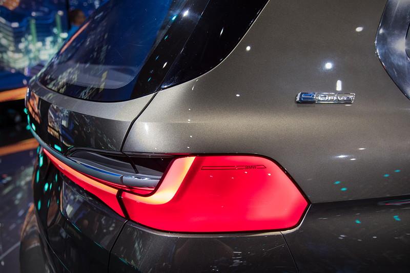 BMW Concept X7 iPerformance, Rücklicht, eDrive Schriftzug auf der C-Säule