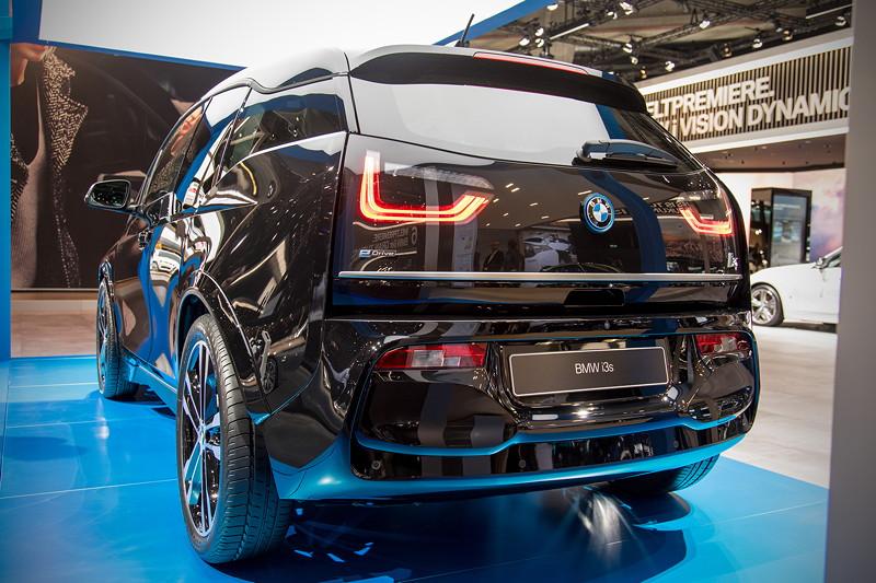 BMW i3s, von hinten sind die breiteren Kotflügel der s-Variante gut zu erkennen. Auch etwas breitere Reifen kommen zum Einsatz.