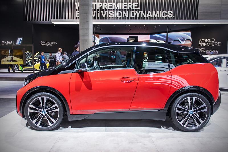 BMW i3s in Melbourne rot und schwarz, der Grundpreis beträgt 41.150 Euro, also 3.600 Euro mehr als das Standard-Modell.