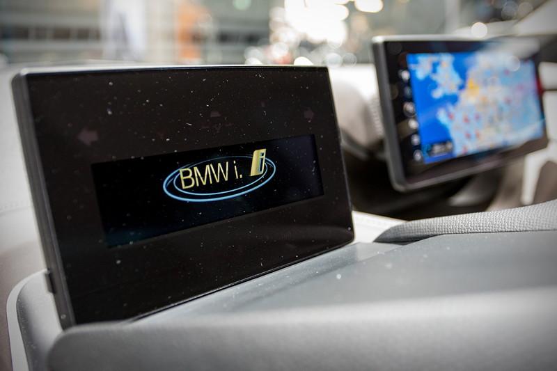 BMW i3s, Innenraum mit Tacho (vorne) und Bordbildschirm auf der Mittelkonsole