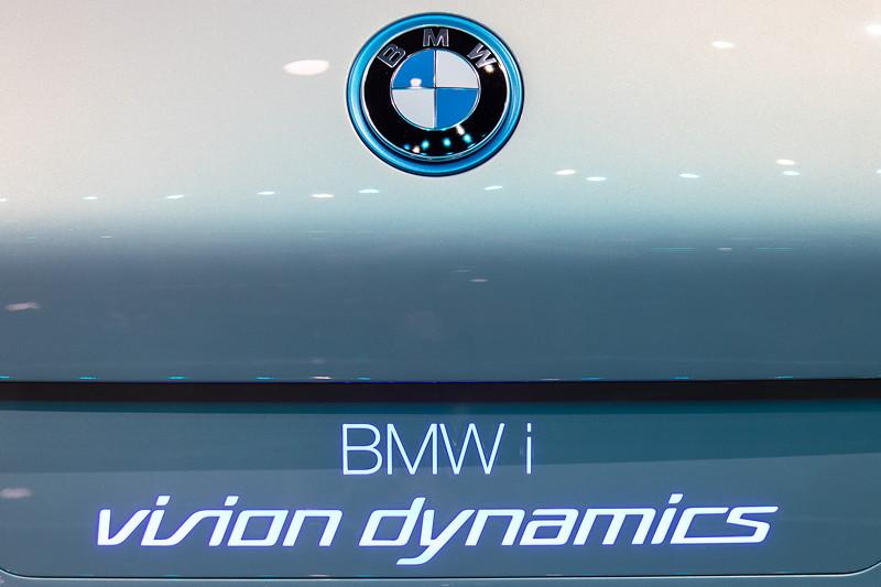 BMW i Vision Dynamics, beleuchtete Typbezeichnung am Heck