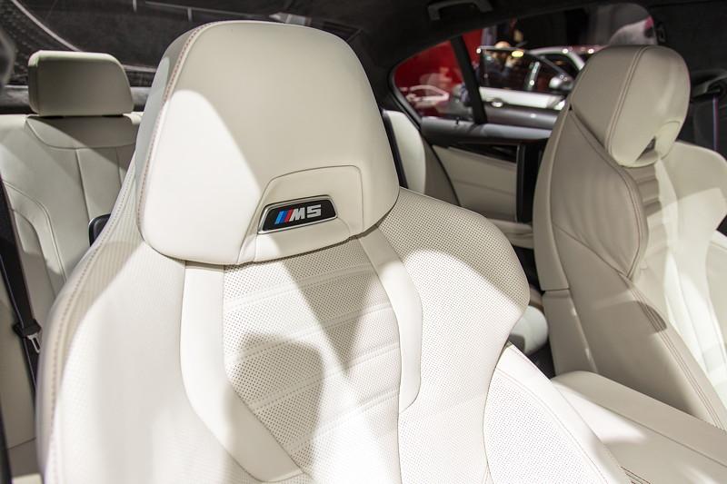 BMW M5 First Edition, Multifunktionssitze, Voll-Lederausstattung in Rauchweiß mit roten Kontrastziernähten