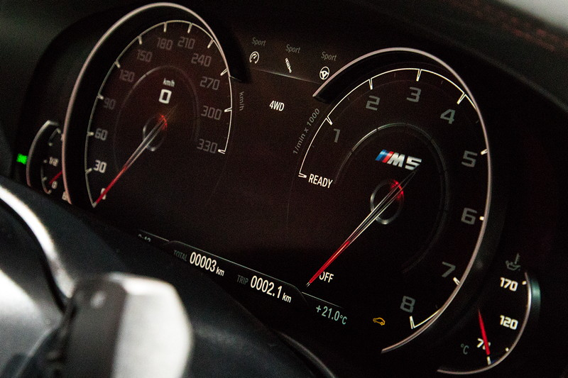 BMW M5 First Edition, Tacho-Instrumente bis 330 km/h