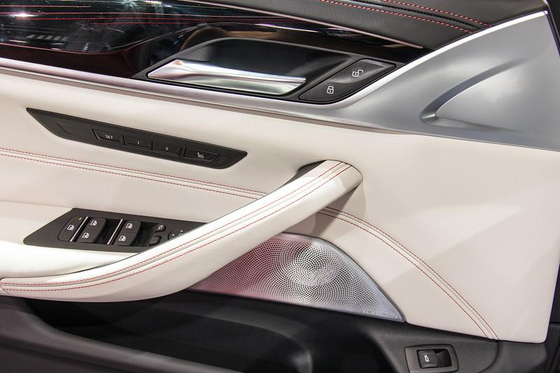 BMW M5 First Edition, Tür, Zierleisten in Aluminium, Leder mit Kontrast Ziernähten