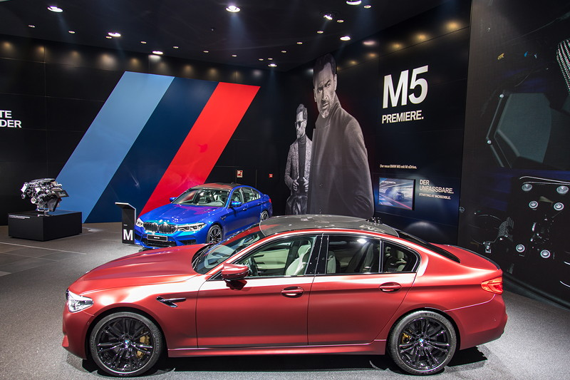 BMW M5 First Editon in Frozen Dark Red Metallic neben dem BMW M5 in Marina Bay Blue, IAA 2017