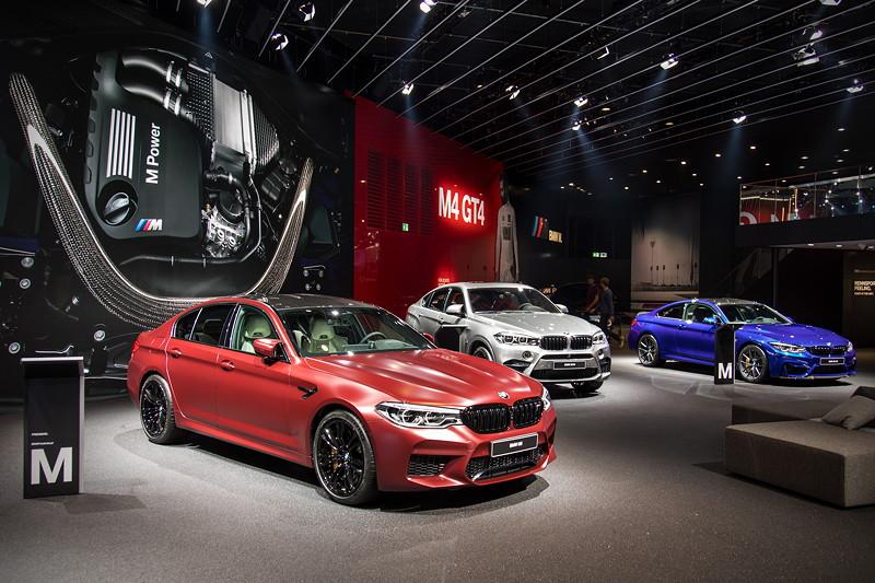 BMW M5 First Editon neben BMW X6 M und BMW M4 CS in der BMW M Ausstellung auf der IAA 2017