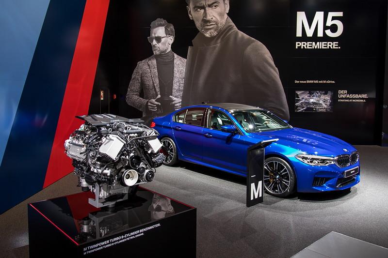 BMW M5 in Marina Bay Blue metallic, ausgestellt neben einem Exponat des neuen M5 V8-Motors